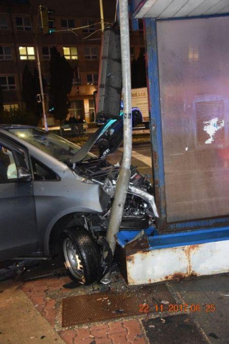 Vodič pri odbočovaní vľavo nedal prednosť a narazil do protiidúceho auta. Škoda za tisícky eur, foto 2