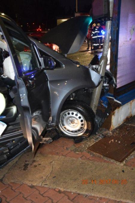 Vodič pri odbočovaní vľavo nedal prednosť a narazil do protiidúceho auta. Škoda za tisícky eur, foto 3