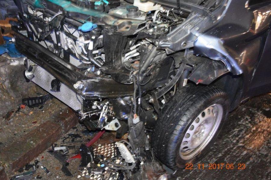 Vodič pri odbočovaní vľavo nedal prednosť a narazil do protiidúceho auta. Škoda za tisícky eur, foto 4