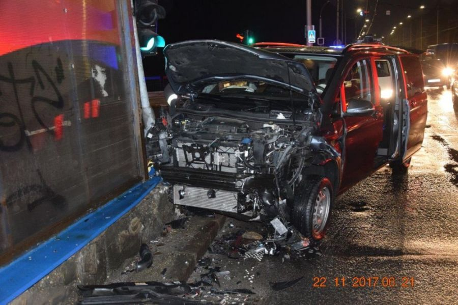 Vodič pri odbočovaní vľavo nedal prednosť a narazil do protiidúceho auta. Škoda za tisícky eur, foto 5