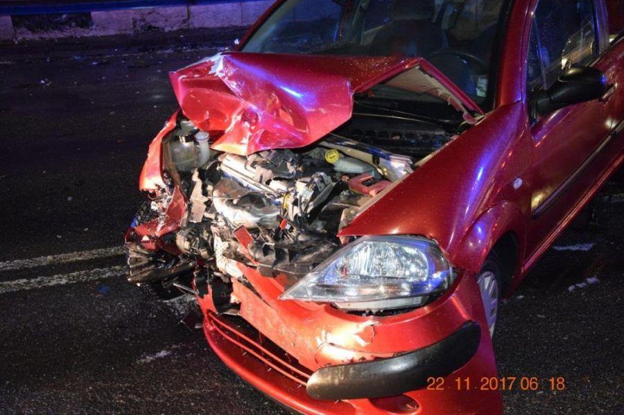 Vodič pri odbočovaní vľavo nedal prednosť a narazil do protiidúceho auta. Škoda za tisícky eur, foto 6