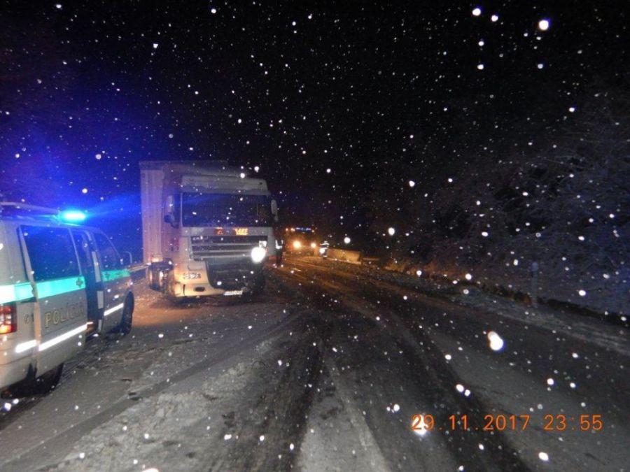 Dopravný chaos v Banskobystrickom kraji, na sneženie doplatila aj mladá vodička, foto 1