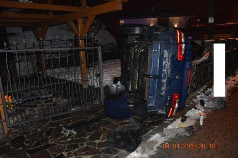 Vodič po šmyku skončil s prevráteným autom vo dvore rodinného domu, nafúkal 1,5 promile, foto 2