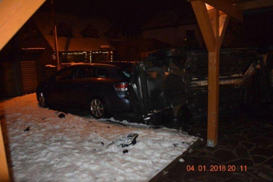 Vodič po šmyku skončil s prevráteným autom vo dvore rodinného domu, nafúkal 1,5 promile, foto 3