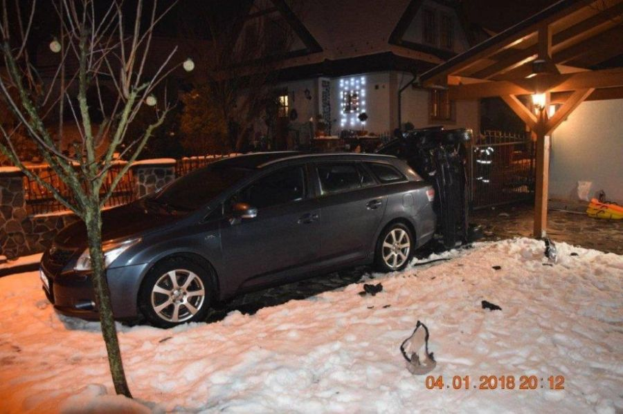 Vodič po šmyku skončil s prevráteným autom vo dvore rodinného domu, nafúkal 1,5 promile, foto 4