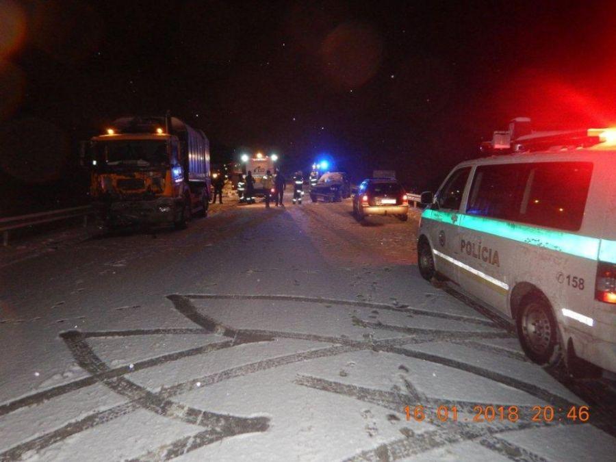 Zbytočná smrť na ceste. Vodič zrážku so smetiarskym autom neprežil, na snehu išiel príliš rýchlo, foto 1