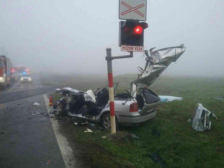 Tragická nehoda! Zrážku auta s vlakom neprežili dvaja mladí ľudia, hlásia aj viacero zranených, foto 4