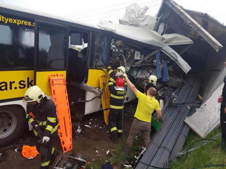 Tragická nehoda pri Badíne: Zrážku autobusu s kamiónom neprežili dvaja ľudia, zasahoval aj vrtuľník, foto 1