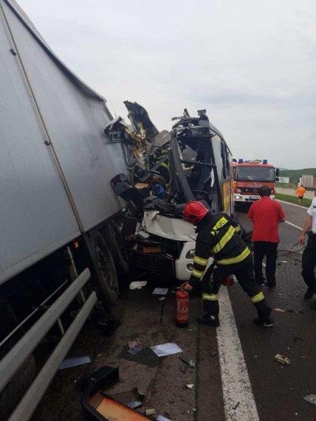 Tragická nehoda pri Badíne: Zrážku autobusu s kamiónom neprežili dvaja ľudia, zasahoval aj vrtuľník, foto 4