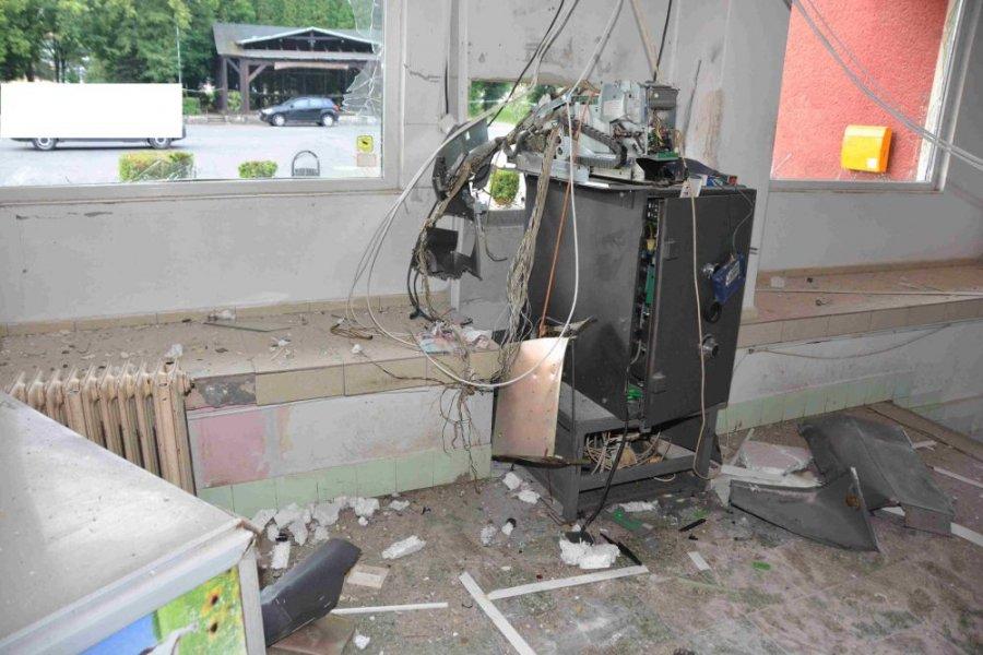 Zlodej vylúpil bankomat v Pliešovciach, polícia po ňom intenzívne pátra, foto 3