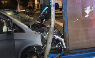 Vodič pri odbočovaní vľavo nedal prednosť a narazil do protiidúceho auta. Škoda za tisícky eur