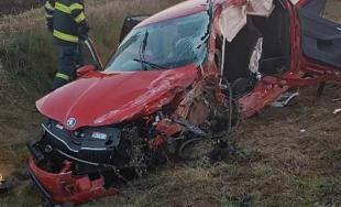 Prešiel do protismeru a zrazil sa s kamiónom. Vodič osobného auta nehodu bohužiaľ neprežil