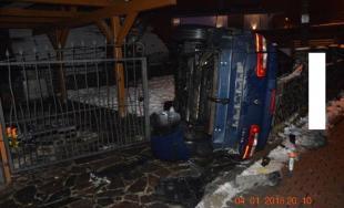 Vodič po šmyku skončil s prevráteným autom vo dvore rodinného domu, nafúkal 1,5 promile