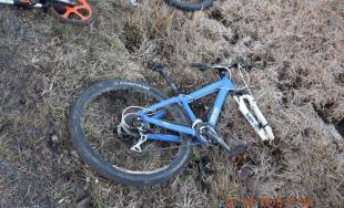 Nepozorných chlapcov na bicykloch zrazila vodička, 14-ročný cyklista utrpel vážne zranenia