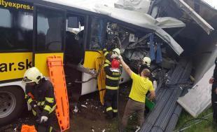 Tragická nehoda pri Badíne: Zrážku autobusu s kamiónom neprežili dvaja ľudia, zasahoval aj vrtuľník