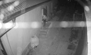 Polícia hľadá tohto muža: Vykradol obecný sklad v Chyžnej a odniesol si dve motorové píly za 900 eur