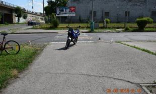 18-ročný motocyklista zrazil na priechode pre chodcov otca s dcérou, polícia mu zadržala vodičák